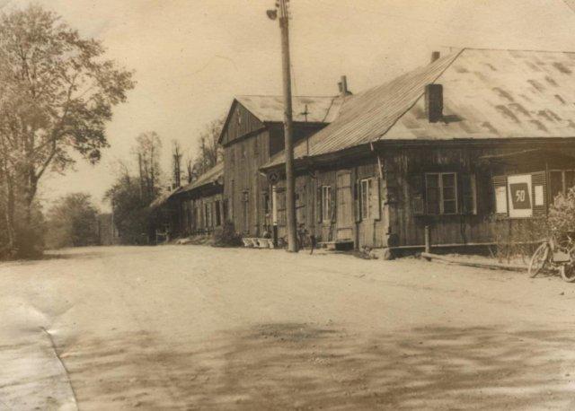 Centrinis Adomynės dvaro pastatas. Jame buvo medicinos punktas, kolūkio kontora, biblioteka ir 3 gyvenamieji butai. XX a. 5 – 7 deš.