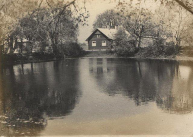Vaizdas prie Adomynės dvaro esančio prūdo. Vilėniškių, buvusiųjų dvaro šeimininkų, gyvenamasis namas. Vėliau buvo mokyklos bendrabutis. XX a. 5 – 7 deš.