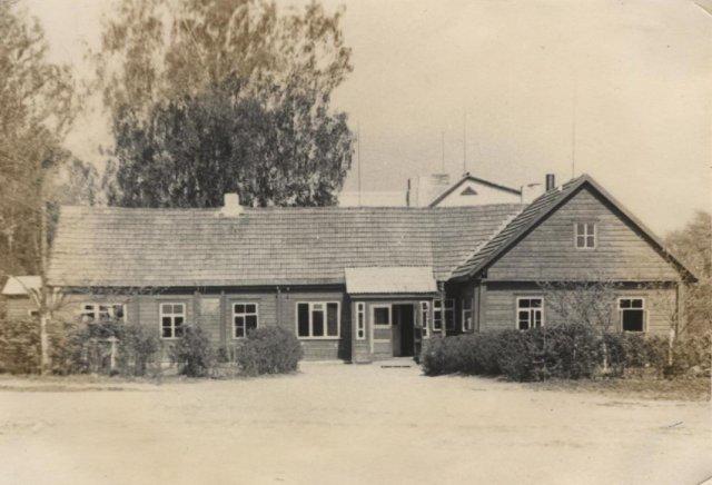 Buvusi bažnyčios salė, vėliau aštuonmetė mokykla. XX a. 5 – 7 deš.