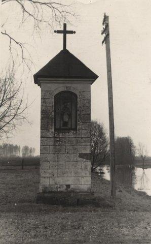 """Paminklas šv. Jonui, statytas 1855 m. ant Adomynės dvaro prūdo kranto. Jį statė """"Blaivybės draugija"""". XX a. 5 – 7 deš."""