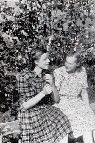 Plūkaitė Elvyra ir Eleonora Giedrytė. Kerelių piliakalnis. 1957 m. Nuotrauka iš Eleonoros Keršulienės albumo.