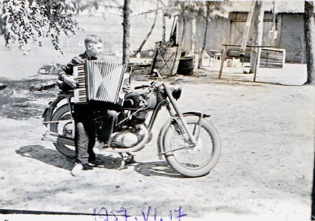 Muzikantas Zigmas Giedrys. Kerelių piliakalnis. 1957.06.17 m. Nuotrauka iš Eleonoros Keršulienės albumo.