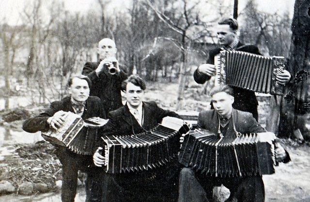 Iš kairės į dešinę Algis Bardauskas (Girvalakių km.), Romas Šilaikis (Mičiūnų km.), Eugenijus Plūkas (Kerelių km.), Aldusis Vilėniškis (Kerelių km.), Jonas Bardauskas (Girvalakių km.), 1957 m. Nuotrauka iš Eleonoros Keršulienės albumo.