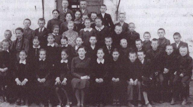 Skapiškio progimnazijos I b klasės mokiniai. Pirmoje eilėje viduryje auklėtoja S. Panemonskaitė, antras iš dešinės Vytaus Merkys, 1941 m.