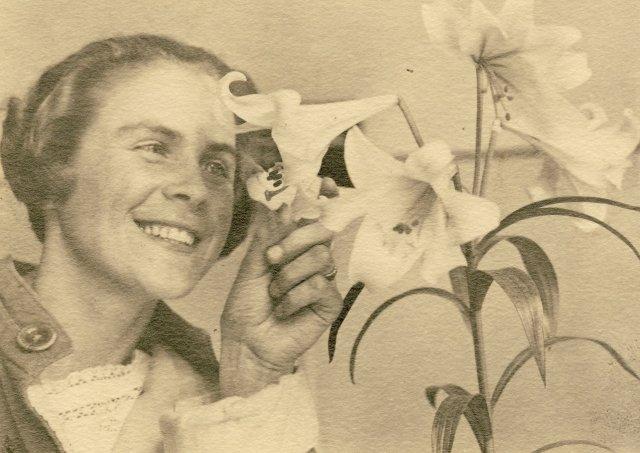 Su sesers Onos gėle karo ligoninėje. Kaunas, 1932 m. birželio 4 d.
