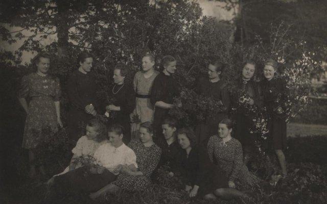Virbališkių, Laukminiškių kaimo jaunimas gegužinėje, 1944 m. Nuotrauka Laukminiškių k. muziejaus.