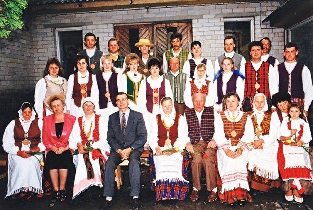 Paketurių ansambliečiai. Trečioje eilėje iš kairės trečias Jurgis Stankevičius.