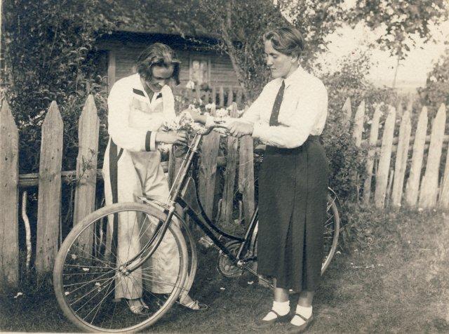 Iš kairės 1-a Veronika Šleivytė ir Marijona Šleivytė prie gimtųjų namų Viktariškių k. (Kupiškio r.) 1933 m.