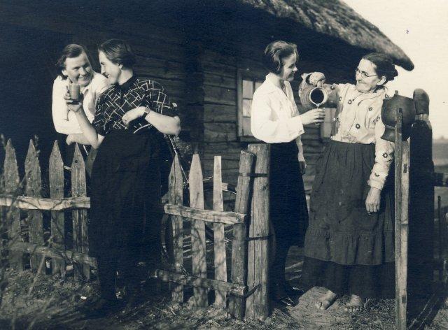 Per Šventas Velykas. Iš kairės 1-a šeimos draugė Juzefa, 2-a Marijona Šleivytė, 3-a Veronika Šleivytė ir mama Barbora Šleivienė. Viktariškių k., (Kupiškio r. ) 1935 m.