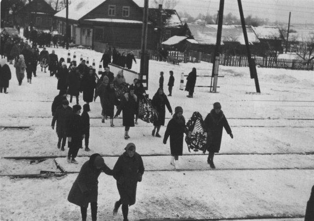 Gydytojo P. Černiausko laidotuvės Subačiaus geležinkelio stoties gyvenvietėje. 1965 m.