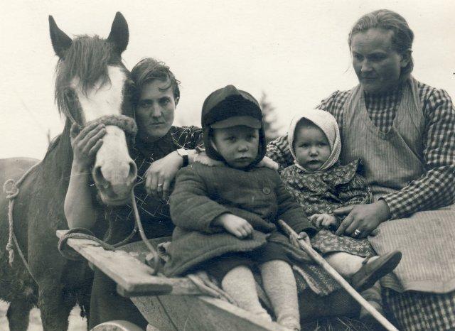Iš kairės 1-a Marijona Šleivytė, 2-as Romukas Kuliešius, 3-Reginutė Kuliešiūtė, 4-a Paulina Šleivytė-Kuliešienė per Šventas Velykas. Viktariškių k., (Kupiškio r.) 1935 m.