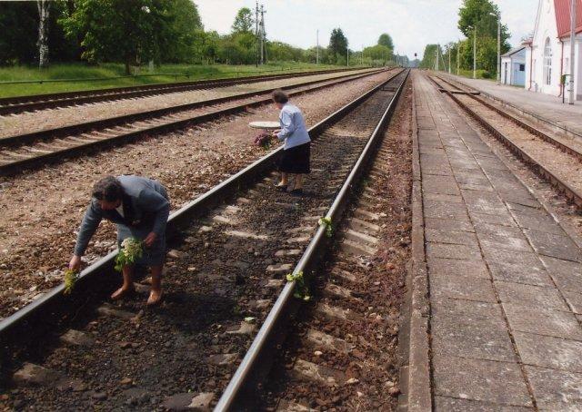 Subačiaus geležinkelio stotyje pagerbiamas tremtinių atminimas.