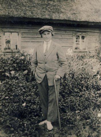 Veronika Šleivytė darželyje, prie namų. XXa. 3 deš.
