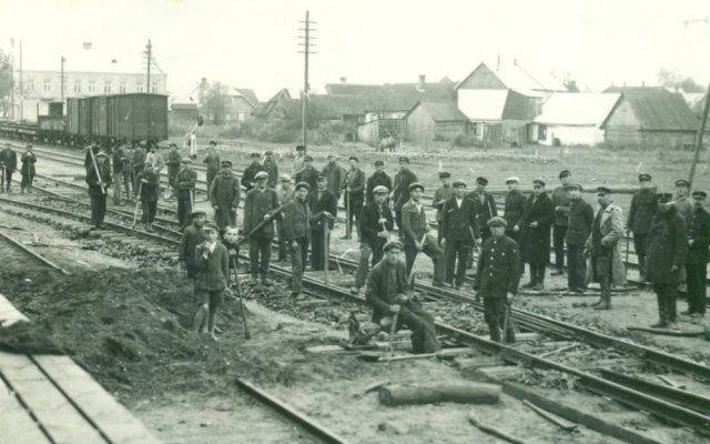 Subačiaus geležinkelio stoties darbininkai. P. Šinskio nuotrauka.