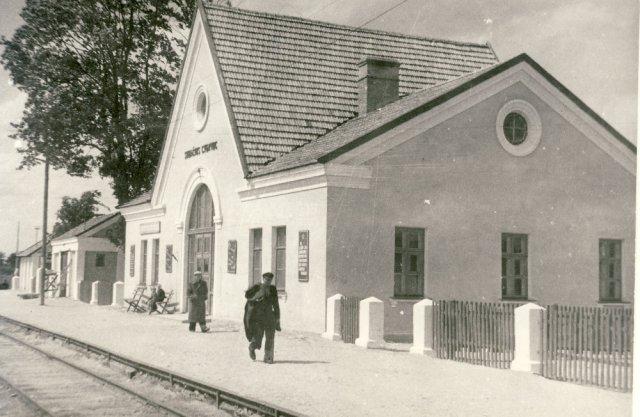 Naujas Subačiaus geležinkelio stoties pastatas 1953 m. J. Baltmano nuotrauka.