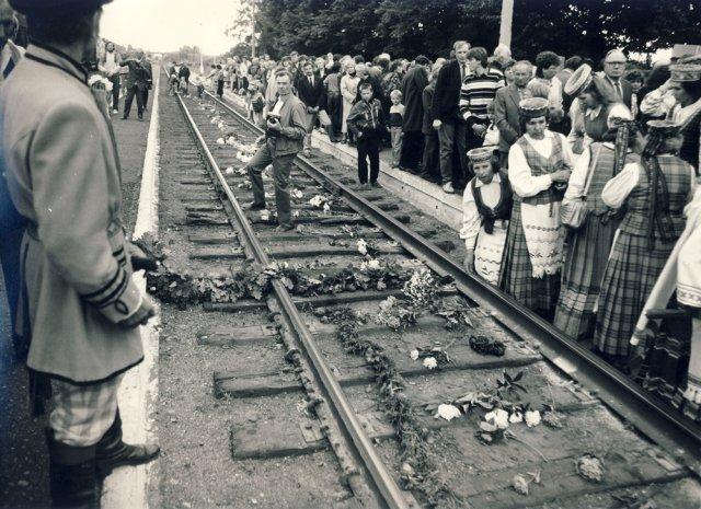 Birželio 14 d. minėjimas Kupiškio geležinkelio stotyje 1990 m.