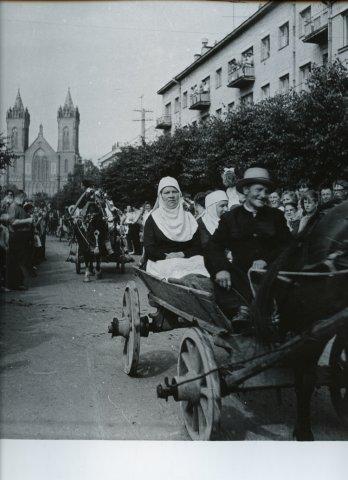 """Kino filmo """"Čiūtyta rūta"""" filmavimas, spektaklio """"Kupiškėnų vestuvės"""" vaidintojai važiuoja su arkliais per miestą"""