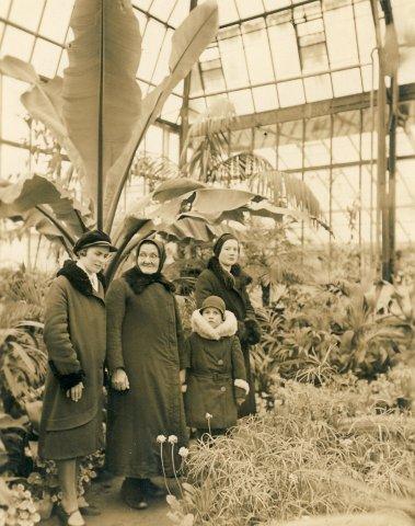Veronika Šleivytė iš kairės 1-a, su mama Barbora Šleiviene,. Botanikos sode. Kaunas. XX a. 4 deš.