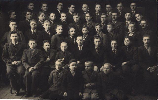 Trečioji berniukų klasė su mokytoju Z. Giedraičiu Kupiškyje. Pirmoje eilėje antras iš kairės Vytautas Merkys, 1942 m.