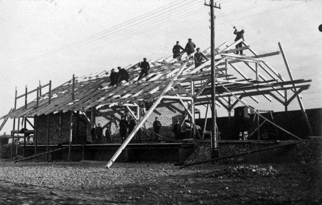 Sandėlio statyba Subačiaus geležinkelio stotyje. Apie 1928 m. P. Šinskio nuotrauka.