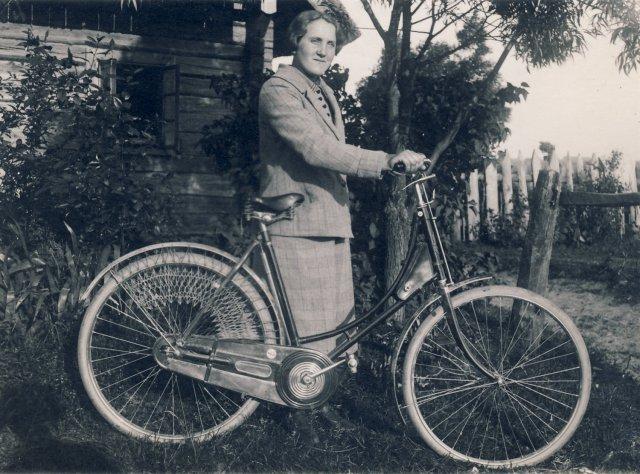 Marijona Šleivytė prie namų Viktariškių k. (Kupiškio r.) 1927 m. liepos 19 d.