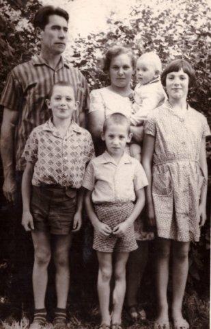 Stankevičių šeima. Pirmoje eilėje iš kairės: Domas, Virgilijus ir Nida. Antroje eilėje: Jurgis, Stanislava ir Ričardas.