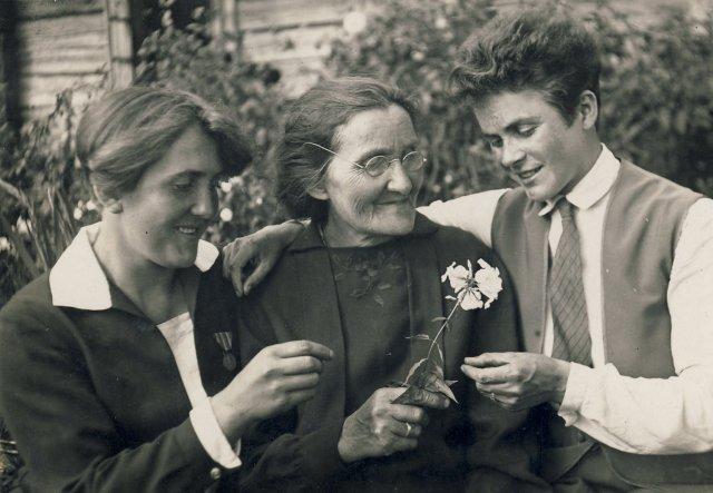 Marijona Šleivytė iš kairės 1-a, motina Barbora Šleivienė ir Veronika Šleivytė Viktariškių k. (Kupiškio r.)1930 rugsėjo 2 d.