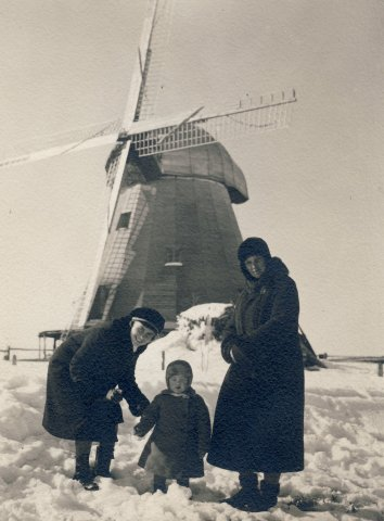 Žiemą Salamiestyje ( Kupiškio r. ) Veronika Šleivytė, 1-a iš kairės, 1932 m.