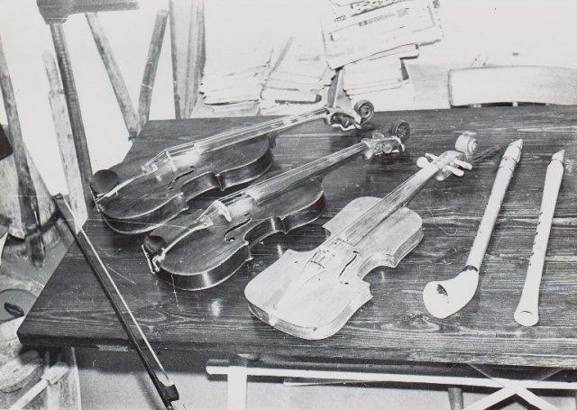Jurgio Stankevičiaus pagaminti lumzdelis, birbynė. Smuikelius nusipirkęs, kai kuriuos sutaisęs, jais grodavo.