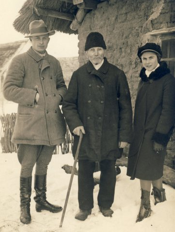 Iš kairės 1-as Juozas Vėjelis, centre tėvas Jonas Šleivys ir Veronika Šleivytė. Salamiestis (Kupiškio r.) 1932 m.