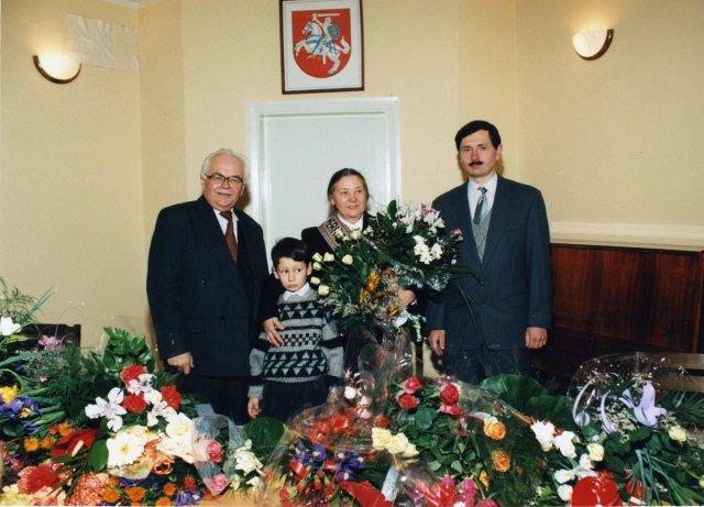 Prof. I. R. Merkienės 60-mečio minėjimas Lietuvos istorijos institute. Prof. V.Merkys, anūkas Andrius Merkys, prof. Irena Regina Merkienė, sūnus Algirdas Merkys, 1997 m.