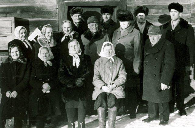 Puponių k. darbininkai ir muzikantai prie senovinės Jono Starkaus trobos. Trečioje eilėje pirmas iš dešinės Jurgis Stankevičius. 1975 m.