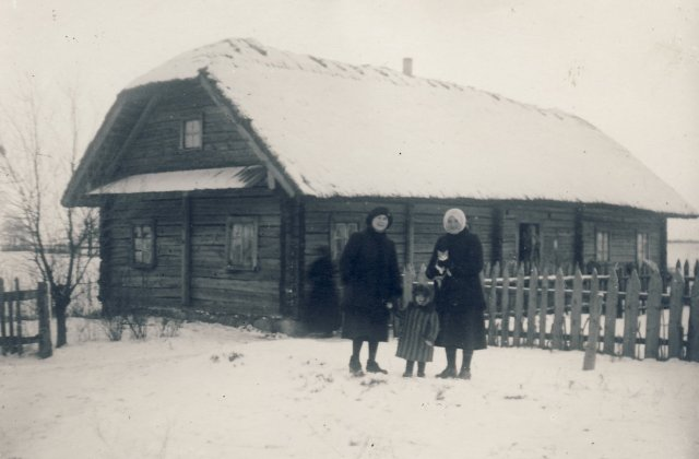 Iš kairės 1-a Veronika Šleivytė, 3-a sesuo Marijona Šleivytė prie gimtųjų namų žiemą. Viktariškių k. (Kupiškio r.) 1926 m.