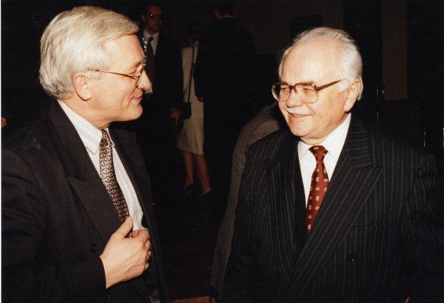 V. Merkys (dešinėje) su Kauno Vytauto Didžiojo universiteto rektoriumi V. Kaminsku, 1998 m.