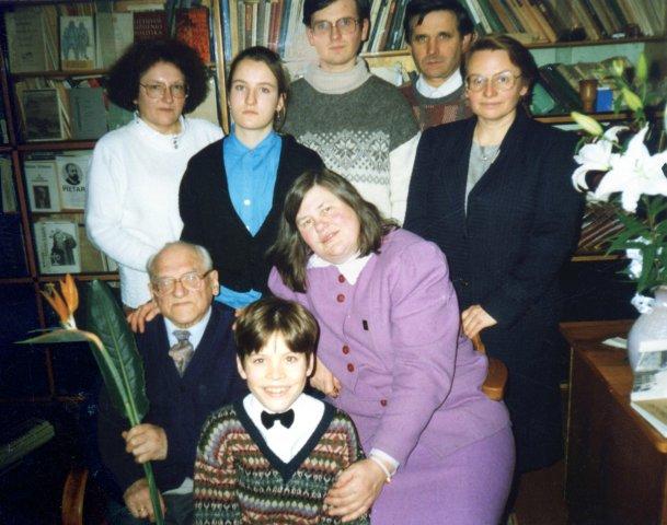 Namuose 85 metų sukakties dieną. Iš kairės: Bronius Dundulis, istorikė dr. Aldona Vasiliauskienė, priekyje anūkas Vytautas Šenavičius. Stovi iš kairės: dukra Ieva Šenavičienė, anūkai Aistė Šenavičiūtė ir Mindaugas Senulis, dukra Daiva Senulienė. 1994