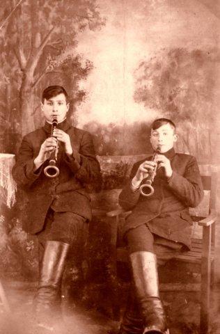 Klarnetistai Jonas ir Jurgis Bardauskai (Girvalakių km.), 1928 – 1930 metus. Nuotrauka iš Eleonoros Keršulienės albumo.
