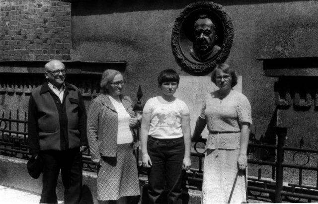 Bronius Dundulis Kaune, lanko studijų vietas su žmona Prane Dunduliene, dukra Daiva Senuliene ir anūku Mindaugu Senuliu. 1985 m.