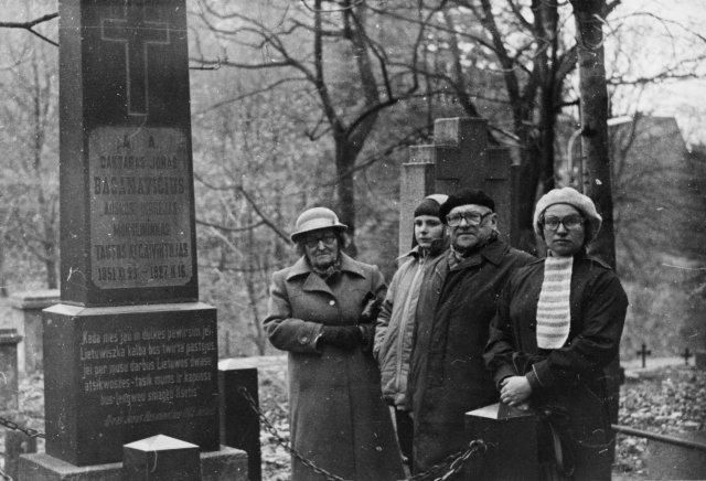 Bronius Dundulis prie Jono Basanavičiaus kapo Rasų kapinėse su žmona Prane Dunduliene, dukra Daiva Senuliene ir anūku Mindaugu Senuliu. 1984 m.