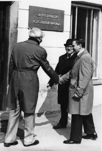 Bronius Dundulis, istorikas Romas Šarmaitis ir bibliotekininkas, kultūros istorikas Levas Vladimirovas 1979 m. balandžio 14 d. minint Vilniaus universiteto 400 metų jubiliejų