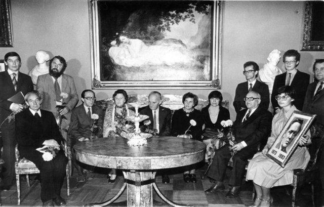 Poeto Jurgio Baltrušaičio 115 metų minėjime Mokslininkų rūmuose Verkiuose. Sėdi iš dešinės: B. Dundulis, V. Daujotytė, rašytojas J. Graičiūnas, aktorė M. Mironaitė, V. Kubilius ir kt. 1988 m. O Pajėdaitės nuotr.