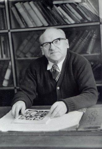 Bronius Dundulis prie darbo stalo namuose. 1980 m. balandžio 19 d.