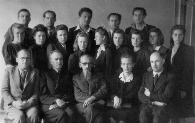 Vilniaus universiteto Istorijos-filologijos fakulteto istorijos profesorių, dėstytojų ir studentų grupė 1946 m. Sėdi iš kairės: doc. B. Dundulis, prof. I. Jonynas, prof. L. Karsavinas, dėst. A. Mikėnaitė, dėst. A. Burokas
