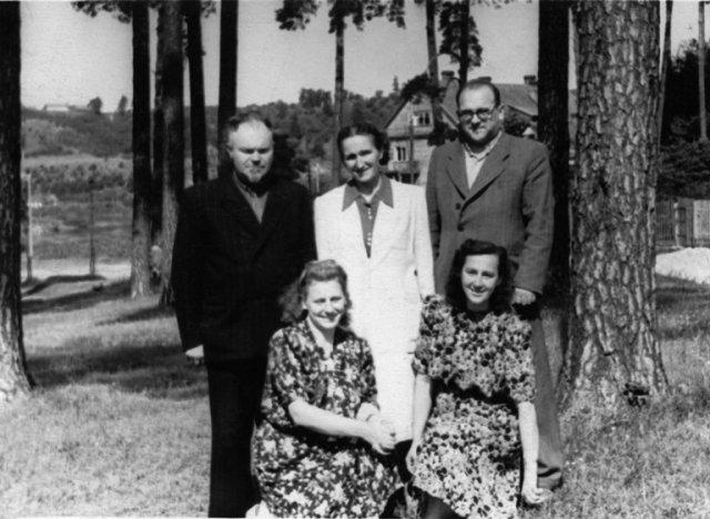 Vilniuje, Žvėryne su giminaičiais. Iš dešinės stovi: B. Dundulis, P. Dundulienė, B. Dundulio sesers Genovaitės vyras Kazimieras Jucius. Klūpo: B. Dundulio brolio Povilo žmona Aneta Dundulienė, sesuo Genovaitė Jucienė. Apie 1954 m.