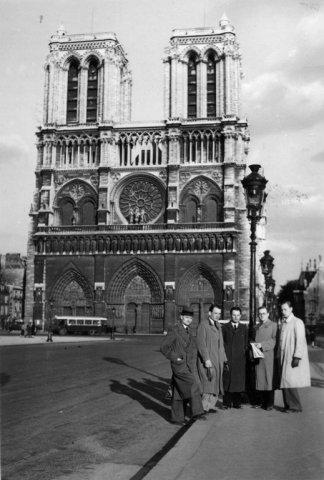 Paryžiuje prie Notre Dame katedros 1936 m. gegužės mėn. B. Dundulis (su laikraščiu rankoje), greta rašytojas Stepas Zobarskas (tamsiu lietpalčiu), teisininkas Feliksas Mackus, inžinierius S. Motekaitis ir neatpažintas asmuo