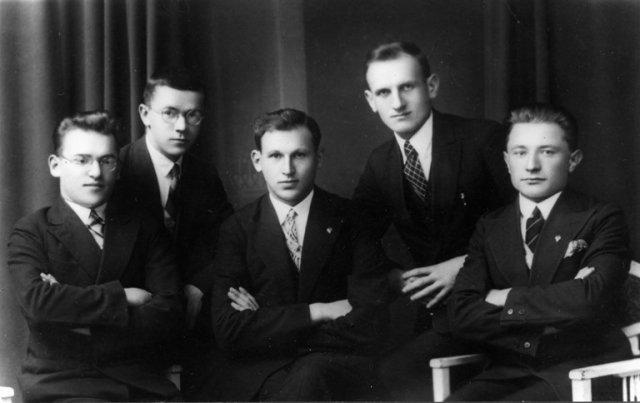 Vytauto Didžiojo universiteto studentų ateitininkų abstinentų korporacijos valdyba. Pirmas iš kairės B. Dundulis. 1930 m.