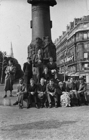 Prie Adomo Mickevičiaus paminklo Paryžiuje. Sėdi trečias iš kairės B. Dundulis. 1934 m.