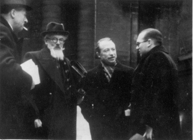 B. Dundulis, ką tik apgynęs Paryžiaus Sorbonos universitete daktaro disertaciją, su žiuri nariais Sorbonos kieme. Iš kairė: prof. P. Renouvin, prof. G. Lefebvre, prof. A. Renaudet. 1940 m. kovo 6 d.
