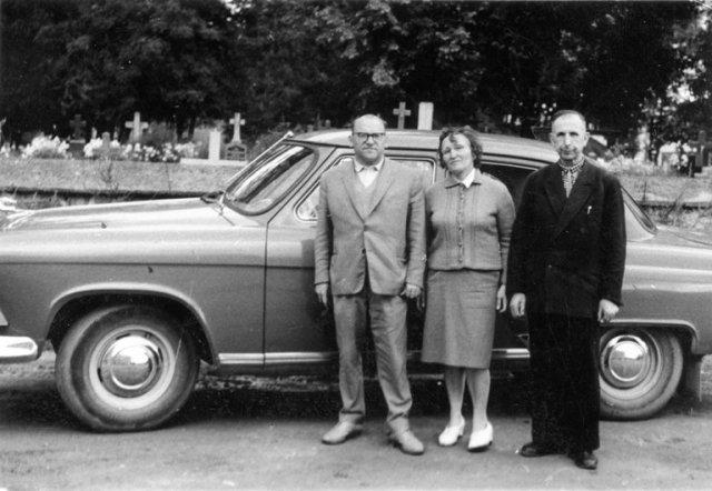 P. ir B. Dunduliai su Juozu Mickevičiumi, Kretingos kraštotyros muziejaus direktoriumi. Kretinga, 1965 m. rugpjūčio mėn.
