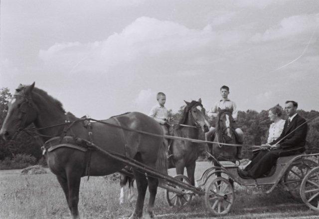 Antroje eilėje Liudas Mažylis su šeima Sorento mieste, Italijoje. 1999 m.