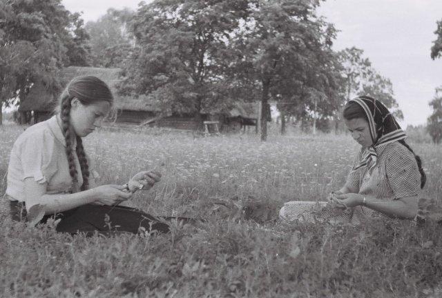 Pievoje (Šileikiškis, tas pats laikotarpis) - dvi būsimos profesorės. Dešinėje Prano Mažylio dukra (būsimoji Rasteikienė, chemikė, instituto direktorė), kairėje jos pusseserė, Prano Mažylio dukterėčia Jūratė Jankevičiūtė (būsimoji anatomė).